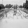 Plongeon à la piscine du parc Laurier un jour de canicule en juillet 1985. Quartier du Plateau Mont-Royal.